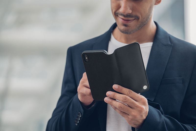 Moshi Overture - Etui iPhone XR z kieszenią na karty + stand up (Charcoal Black)